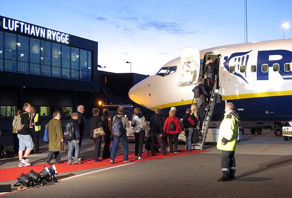 Passasjerer boarder Ryanairs første avgang fra Rygge