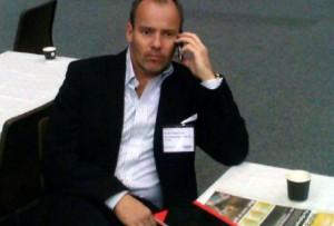 Martin Jørgensen, adm. dir. i Net Trans, med Møtebørsenavisen på bordet, ledet debatten på HSMAI Møtebørsen 2010.