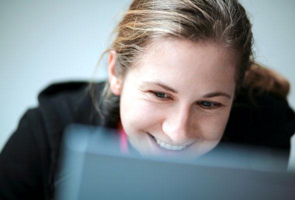 Kvinne med laptop computer
