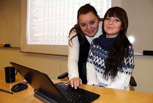 Lana Stock (t.v.) og Silje Kjellmo Johansen studerer begge bachelor i hotelladministrasjon. Til våren er de ferdige med studiene. Nå har de lært å bruke hotelladministrasjons-verktøyet PMI, som gir dem et fortrinn når de til våren skal søke jobber. Kursing i PMI tilbys kun ved Høgskolen i Finnmark.