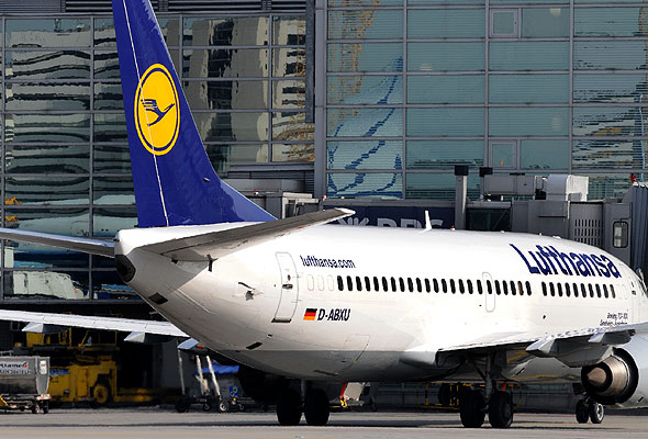 En Boeing B 737 fra Lufthansa ved terminal i Frankfurt (foto fra Lufthansa)