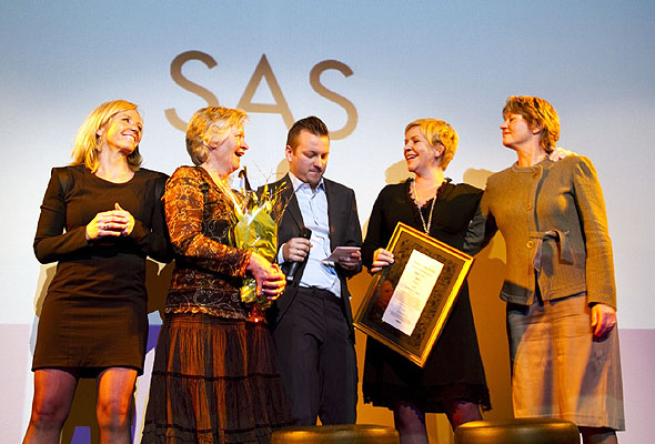Master of ceremonies Nicholas E. Carlie (centre) surrounded by a select number of SAS representatives, among whom head of marketing Camilla Forberg (left), in Oslo's Dizzie Show theatre. Photographers: Catharine Wandrup/Knut Joner