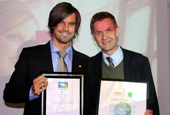 Direktør Erik Riis Jacobsen mottar sertifikat på Grønne Konferanser og bevis på hotellets Klimanøytralitet fra Miljøvernminister Erik Solheim (foto fra Thon Hotels).