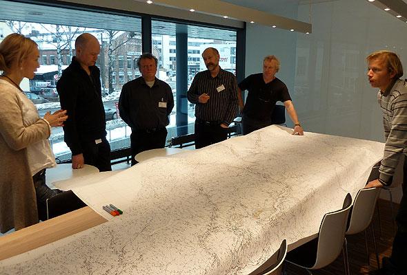 Ingeniører hos konsulentselskapet Rambøll diskuterer høyhastighetstog på Dovrebanen (foto fra Rambøl)