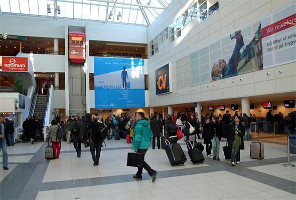 I terminalbygget på Bergen lufthavn Flesland (foto fra Avinor)