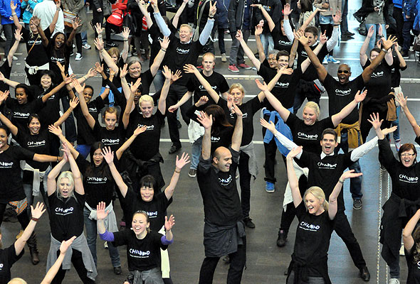 I forbindelse med Rezidor Responsible Business Action Month danset ansatte ved Radisson Blu Plaza Hotel, Radisson Blu Scandinavia Hotel, Radisson Blu Hotel Nydalen og Park Inn Oslo en tilsynelatende spontan flash mob dans på Oslo S. i går (foto fra Rezidor Hotel Group).