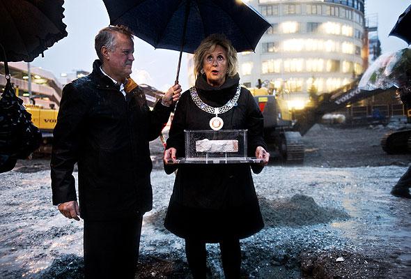 Martin Mæland, konsernsjef i OBOS Forretningsbygg AS, og Trude Drevland, ordfører i Bergen, bed nedleggelsen av grunnsteinen til Rica Park Hotel, Bergen (foto fra Rica Hotels)