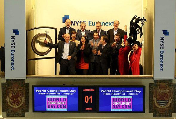 Hans Poortvliet, daglig leder i HSMAI Nederland – og initiativtager til den hollandske Komplimentdagen, åpner den nederlandske børsen på selve Komplimentdagen, 1. mars 2012.