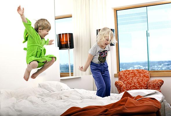 Fornøyde barn på hotellrom. Foto fra Rica Hotels