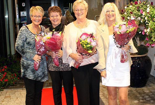 De fire damene ved Hurdalsjøen Hotell og konferansesenter, som ble tildelt Kongens fortjenestemedalje, på den røde løperen utenfor hotellet.