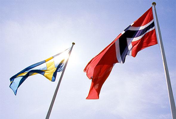 Svensk og norsk flagg på TanumStrand Hotell.