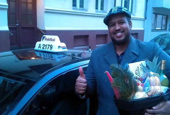 Taxisjåfør Abdi Farah Ahmad kan god service! Fotograf: Ståle Stokke