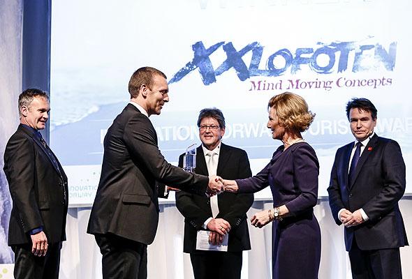 Årets reiselivsbedrift, XXLofoten, mottar Reiselivsprisen av H.M. Dronningen. Foto fra Innovasjon Norge