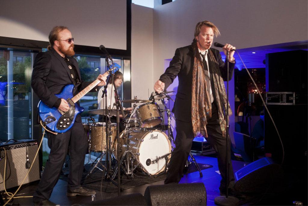 Alex Rosén på scenen under åpningen av Scandic Stavanger City. Foto fra Scandic Hotels