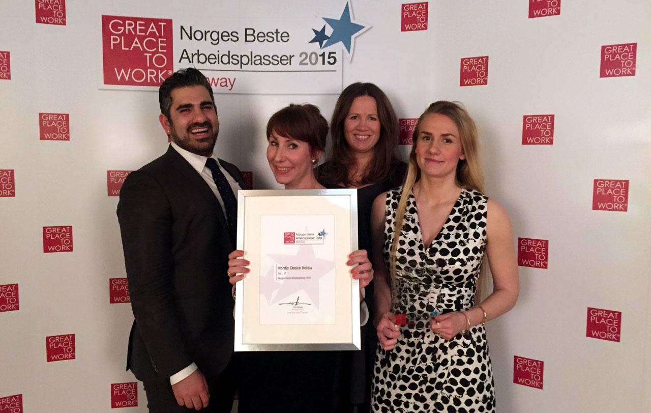 Pouria Ruhi, Karin Sjögren, Hanne Corneliussen og Mathilde Vik Magnussen er stolte over at Nordic Choice Hotels er kåret til Norges beste arbeidsplass i reiselivsbransjen. Foto fra Nordic Choice Hotels