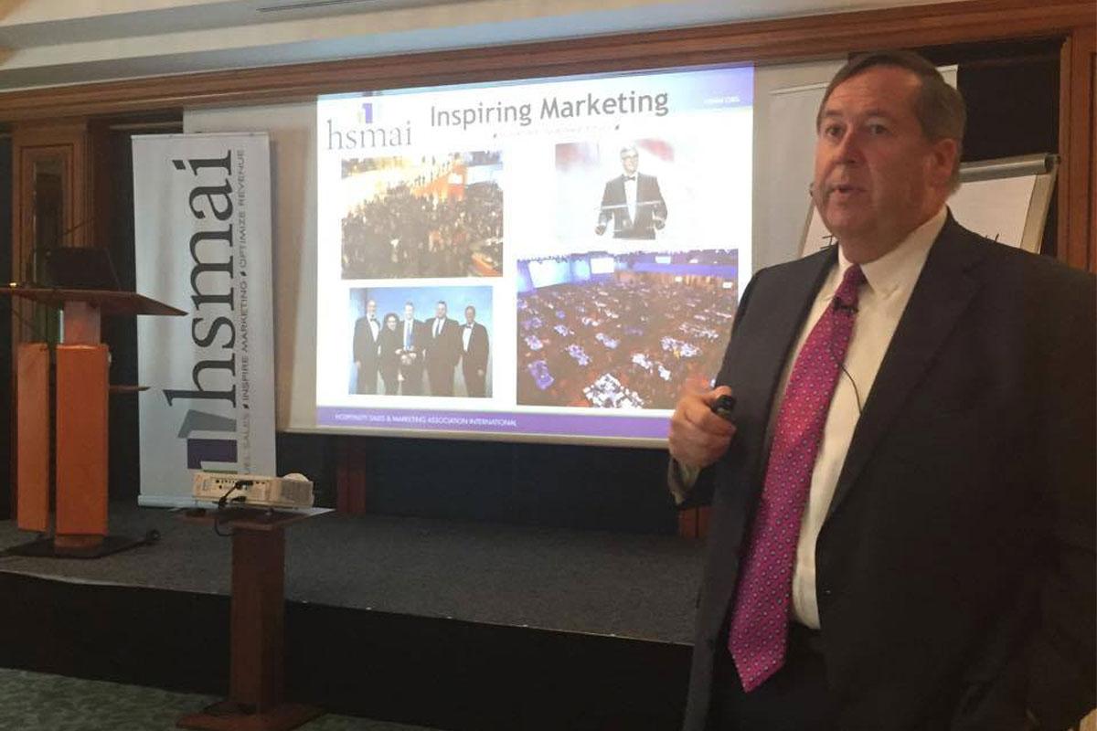 Bob Gilbert, President and CEO, HSMAI Global, orienterer om det som rører seg i de forskjellige HSMAI-regionene.