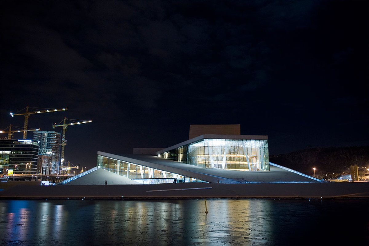 Den norske opera og ballett by night. Fotograf: Erik Berg.
