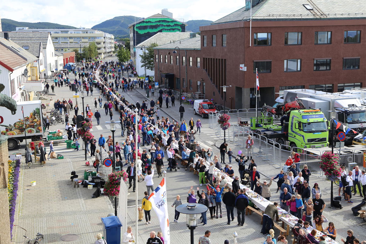 Scandic satte rekord med verdens lengste frokostbord i Bodø søndag 14. august 2016. Foto fra Scandic Hotels.