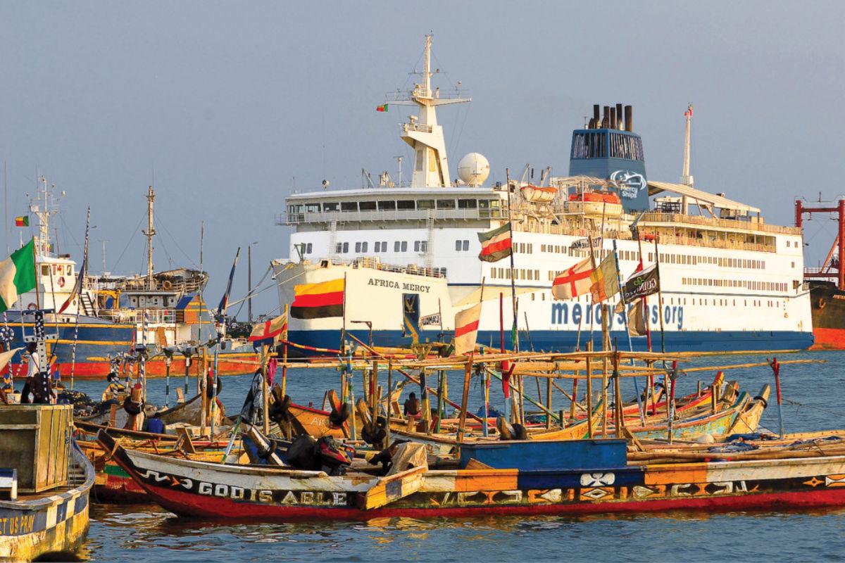 """Mercy Ship' """"Africa Mercy"""" ligger for tiden til kai i Cotonou Benin på Afrikas vestkyst. Foto fra Stena Line."""