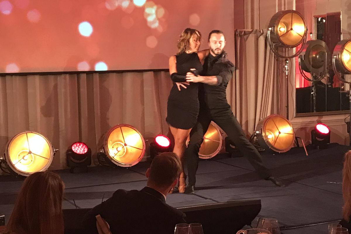 Therese Cleve-Stiansen og Egor Filipenko på scenen under HSMAI Eventprisene 2017. Fotograf: Jarle Petterson.