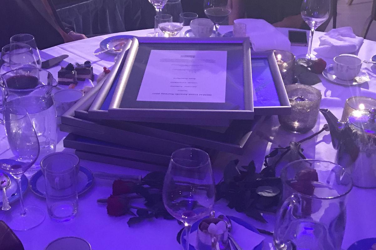 Diplom-stabelen på JCP-bordet. Fotograf: Jarle Petterson.