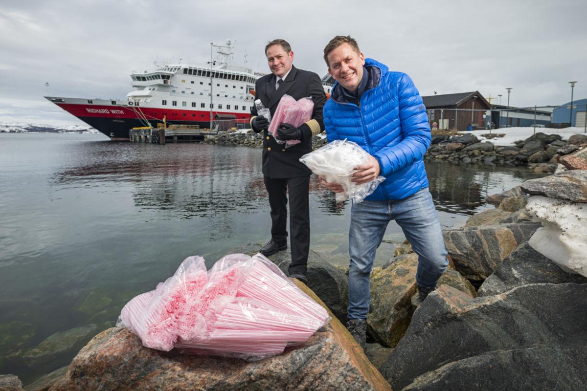 Én million sugerør årlig er blant de enorme plastmengdene som forsvinner når Hurtigruten, som første norske selskap, kutter engangsplast, allerede fra sommeren. Konsernsjef Daniel Skjeldam, sammen med hotellsjef Kristian Skar på MS