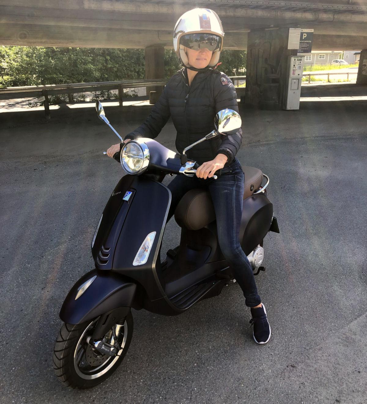 Jeanette Christoffersen på sin nye Vespa. Foto: PRIVAT.