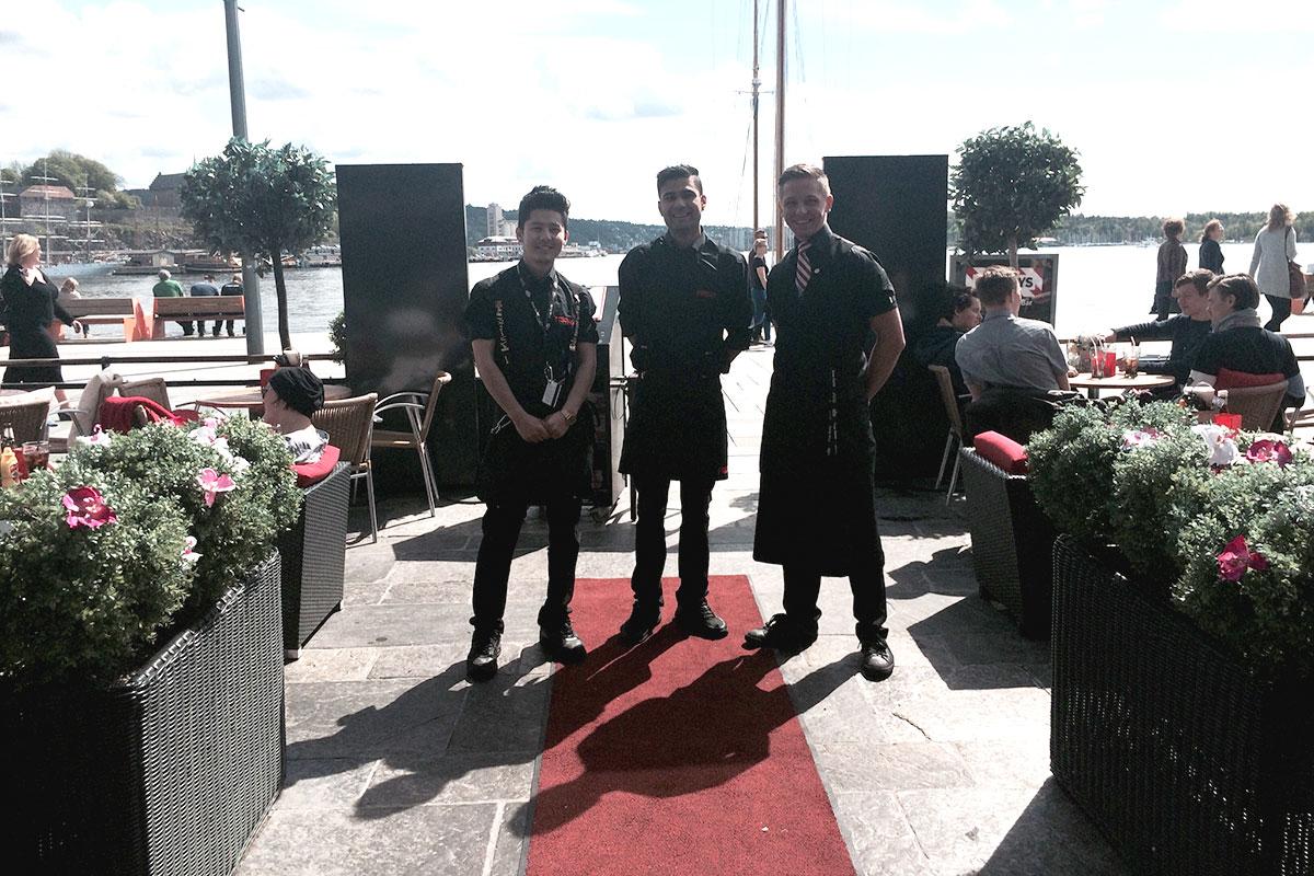 Glade servitører hos TGI Friday's på Aker Brygge.