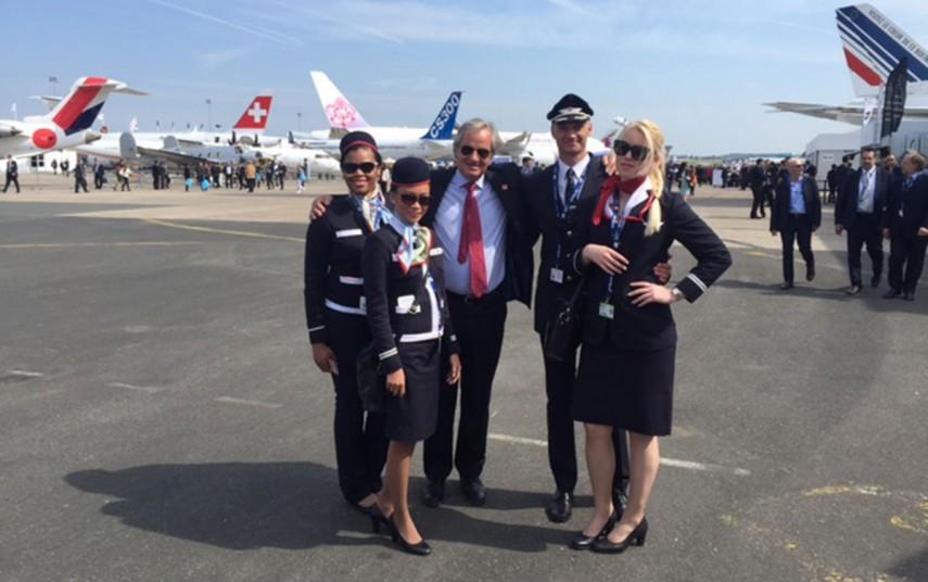 Norwegians administrerende direktør Bjørn Kjos, og utvalgte medarbeidere fra selskapets pilot- og kabinkorps (foto fra Norwegian).