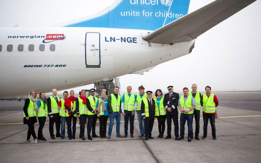 Representanter for Unicef Norge og Norwegian, før avgang til Jordan. Foto fra Norwegian