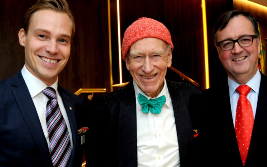 Thon Hotel Rosenkrantz' hotelldirektør Lars Petter Mathisen, Olav Thon og konsernsjef Morten Thorvaldsen. Fotograf: Oliver Orskaug