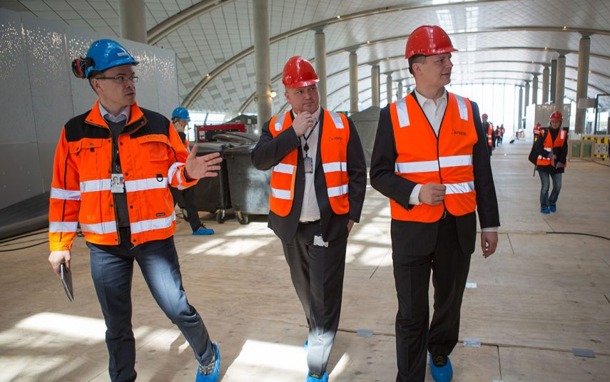 Onsdag 27. april 2016 var det ett år til nye Oslo Lufthavn offisielt åpner. Thorgeir Landevaag, Tom Cato Karlsen og Ketil Solvik-Olsen i Pir Nord. Foto: Avinor Oslo Lufthavn