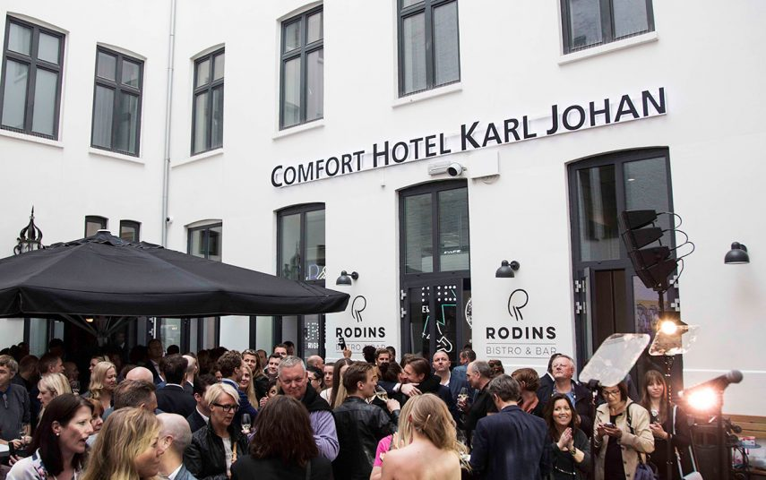 Bakgården på Comfort Karl Johan var fylt av feststemte mennesker. Fotograf: Pernille Sandberg
