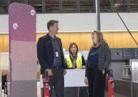Loganair presenterer strikkeinstallasjon på Bergen lufthavn, til støtte for strikkefestival