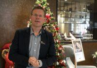 Ensomt juletre på Quality Airport Hotel Stavanger søker julegaver