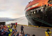 Folkefest da MS Fridtjof Nansen ble døpt med is på Svalbard